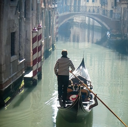 Un paseo romántico por una ciudad soñada.