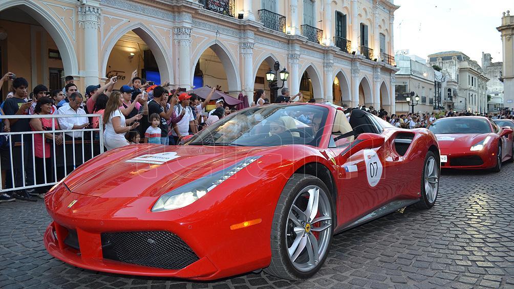 Las Ferrari revolucionaron el centro salteño y ya viajan cara Cafayate