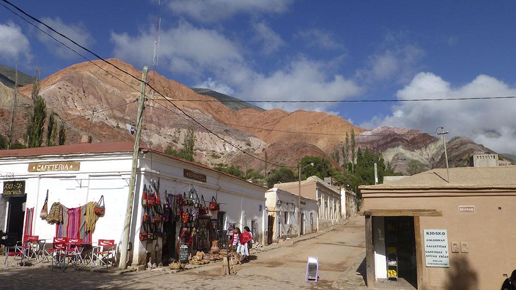 Purmamarca, el pueblo enclavado entre cerros de distintos colores con un manifiesto arraigo cultural