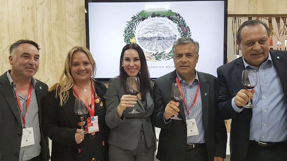 El gobernante Cornejo presentó en la Fitur el prototipo del turismo del vino mendocino
