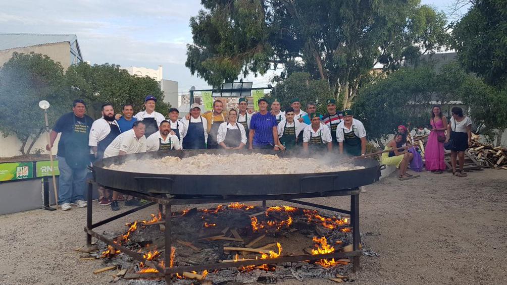 Más de mil turistas degustaron una paella gigante cocinada en las Cuevas