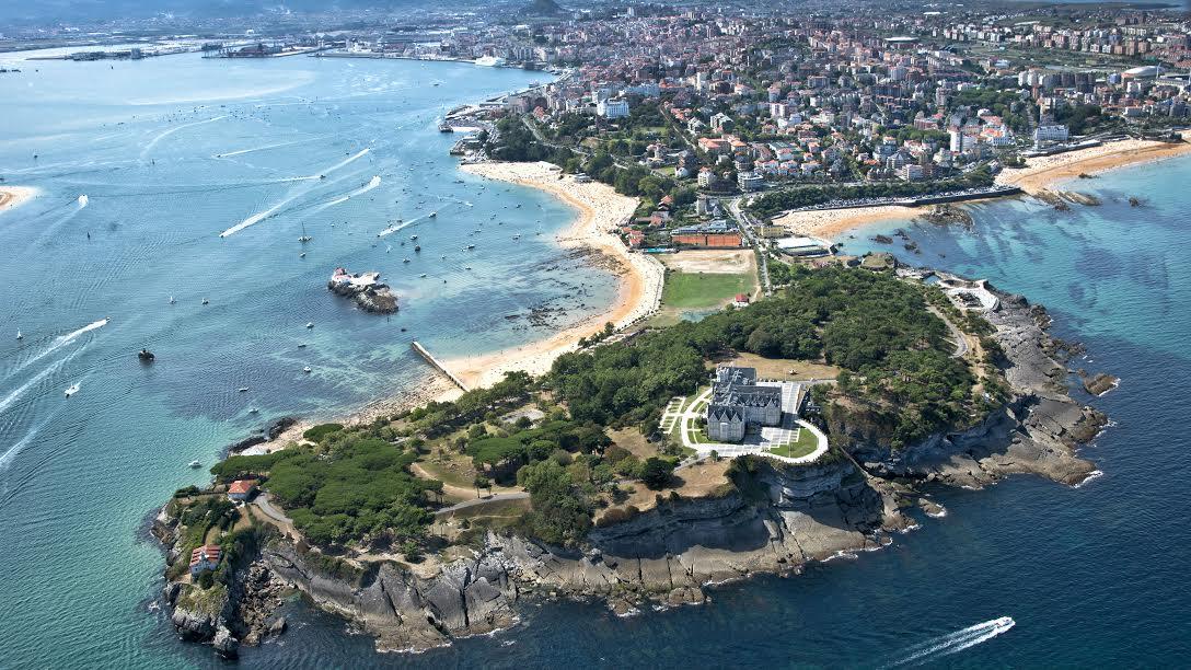 El mar y la montaña se unen en un conjuro mágico en la urbe de Santander
