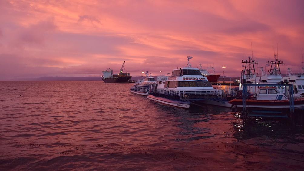 Amanecer desde el mar a las diez de la mañana, en la semana de la noche más larga en Ushuaia
