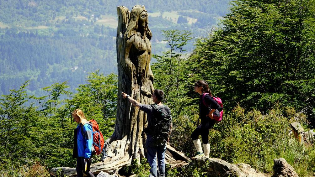 El Bosque Tallado destaca la belleza de los bosques de lengas del cerro Piltriquitrón